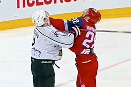 Игрок КХЛ заступился за одноклубника и устроил драку без перчаток