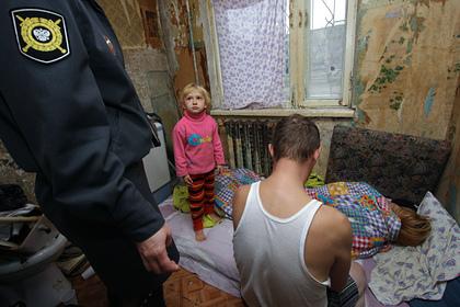 Названа доля российских семей с доходом только на еду и одежду