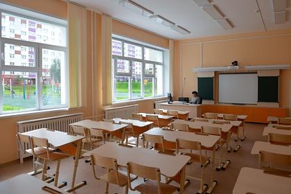 Заклеившая первоклассникам рты скотчем российская учительница уволилась