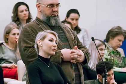 Алена Попова (в центре)