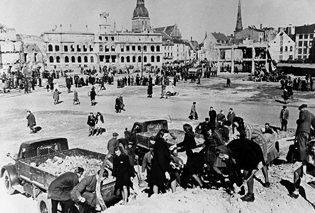Жители Риги разбирают развалины после освобождения города от немецко-фашисткой оккупации. Осень 1944 года