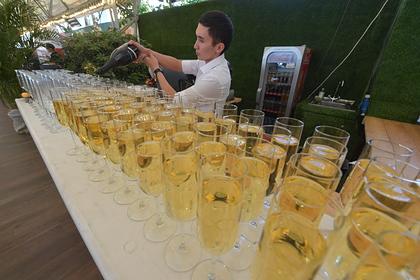 Юных россиян захотели лишить шампанского