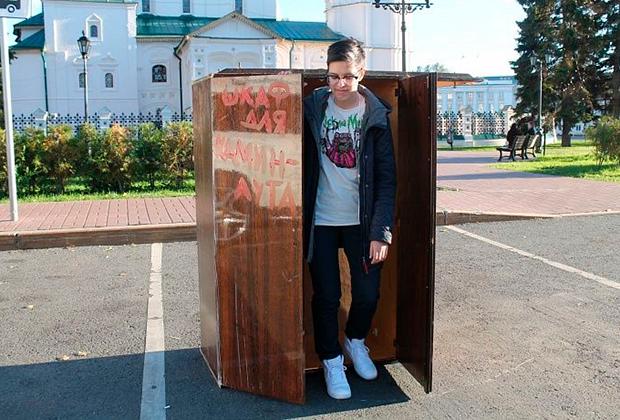 Перформанс «Шкаф для каминг-аута»