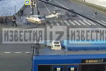 Два автомобиля столкнулись и на полном ходу влетели в толпу россиян