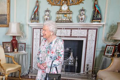 Британская королева снова убрала подальше фото с Меган Маркл