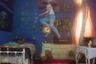 Страсть американского фотографа Бретта Стэнли — съемки под водой. В своей студии в Калифорнии он создает причудливые затопленные водой декорации. Все началось, когда певица Уайз Блад (Weyes Blood) заказала ему обложку для альбома, на которой хотела видеть комнату под водой. Фотограф и его команда потратили пять дней на воплощение этой задумки, и с тех пор Стэнли загорелся идеей снимать именно в этом стиле.