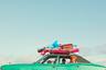 Уитли Бэй — небольшой приморский город на северо-восточном побережье Англии. Погожим летним днем герои снимка — семья Хаббак (Hubbucks) — отправляются к морю в машине, нагруженной всем, что необходимо для веселого семейного отдыха у воды. «Это кинематографическая сценка из реальной жизни. Магический момент, который нам всем знаком»,— так описывал свою работу британский фотограф Гэррод Кирквуд.