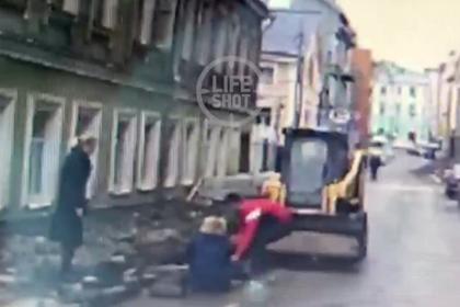 Появилось видео наезда погрузчика на женщин-полицейских в центре Москвы