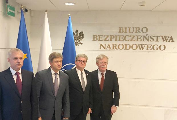 Джон Болтон (крайний справа) с секретарями Совбезов Польши, Украины и Белоруссии в Варшаве