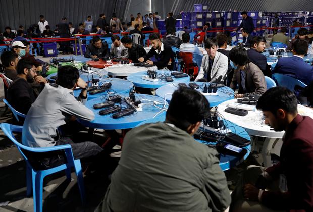 Работники афганских избирательных комиссий обрабатывают биометрические данные
