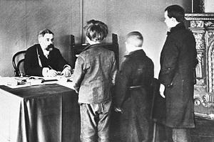 Мировой судья Н.А. Окунев ведет судебное разбирательство. Санкт-Петербург, 1912 год