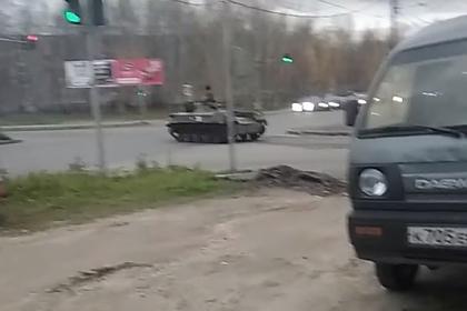 Танк проехался по российскому городу и врезался в легковушку