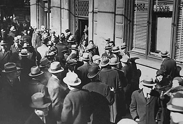 Клиенты банка перед входом в отделение
