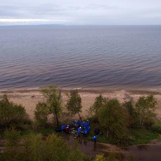 Волонтеры собирают мусор на берегу озера Байкал