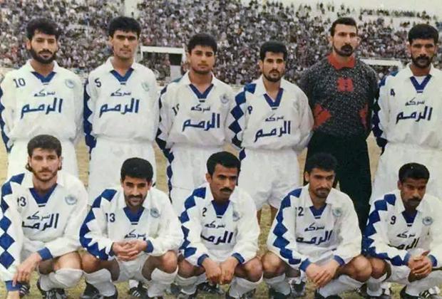 Футбольная команда «Аль-Завра». Сахиб Аббас (крайний слева в верхнем ряду)