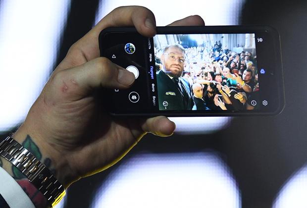 Макгрегор делает селфи на пресс-конференции