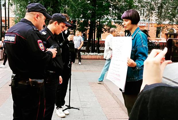 Одиночные пикеты в поддержку Дарьи Беляевой