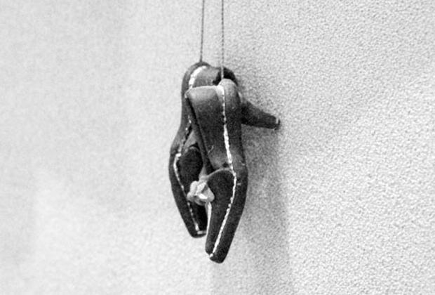 Женские туфельки из хлебного мякиша, сделанные собственноручно во время нахождения в СИЗО, Алексей Суклетин подарил следователю Фариту Загидуллину.