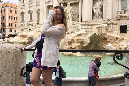 Туристка пустилась на поиски незнакомцев по миру из-за случайной сцены на фото