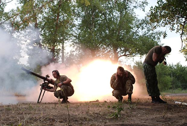 Солдаты ВСУ стреляют из гранатомета в Авдеевке