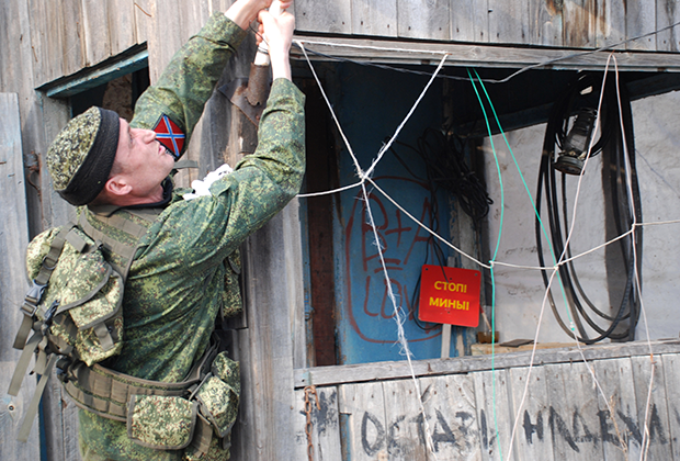 Боец батальона «Призрак» на линии разграничения в разрушенном поселке Желобок в Луганской области