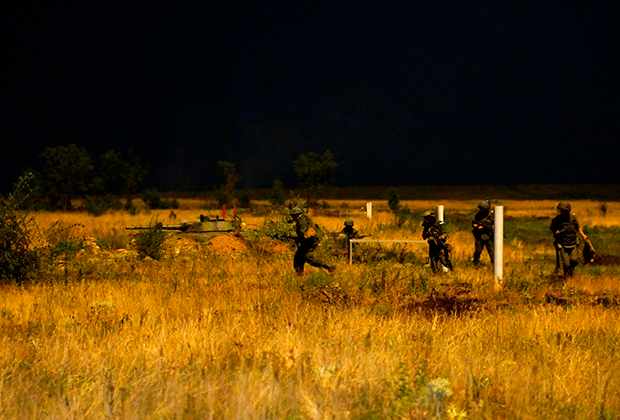 Сотрудники Народной милиции ЛНР во время ночных артиллерийских учений