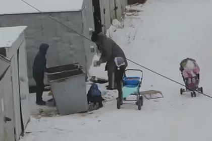 Россияне решили помочь искавшей в мусорке еду женщине с четырьмя детьми