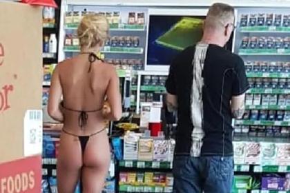 Туристка зашла в магазин в откровенном бикини и была обругана