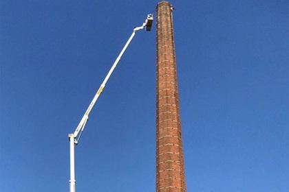 Мужчина застрял на вершине 82-метровой трубы и умер