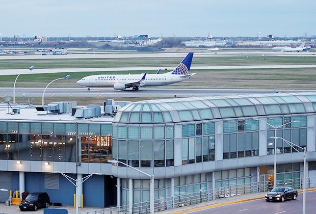 """Крупнейшие аэропорты мира в основном находятся в США и Азии. В Северной Америке лидируют авиагавани Атланты и Чикаго, однако увеличивать налоговую нагрузку на пассажиров и снижать пассажиропоток пока никто не собирается. Налоги и сборы в 2019 году даже <a href=""""https://www.airlines.org/dataset/government-imposed-taxes-on-air-transportation/"""" target=""""_blank"""">ниже</a>, чем 30 лет назад, и находятся на уровне конца 1970-х."""