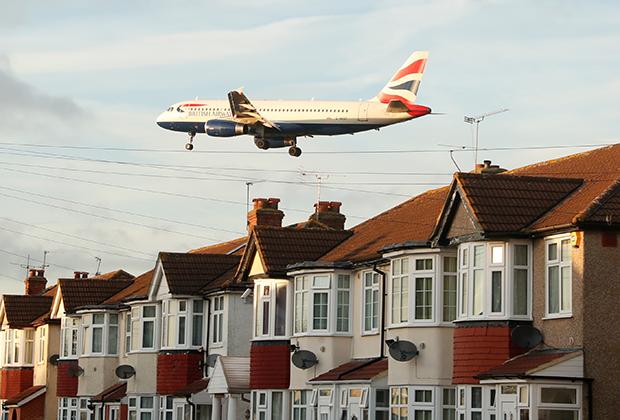 Самолет над жилыми домами рядом с аэропортом Хитроу, Лондон