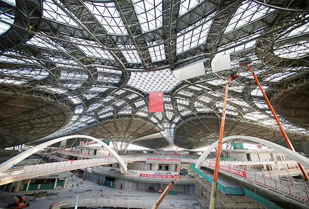 Стремительно догоняют американцев и по числу бортов, и по числу перевезенных пассажиров китайские авиаперевозчики. В КНР открылось несколько новых аэропортов, включая гигантский терминал международного аэропорта Пекин Дасин. Из-за тяжелой экологической ситуации в Китае в последние годы больше внимания уделяют снижению вредных выбросов, но до авиаперевозок КПК пока не добралась.