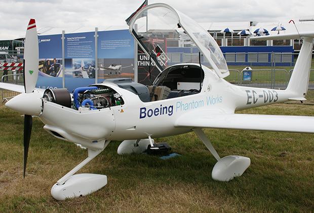 Главным препятствием для внедрения электрических самолетов является большой вес аккумуляторов. Еще в 2009 году Boeing предложил альтернативное решение в виде топливных элементов, в которых происходит синтез водорода и кислорода. Результатом реакции становится электричество и водяной пар.