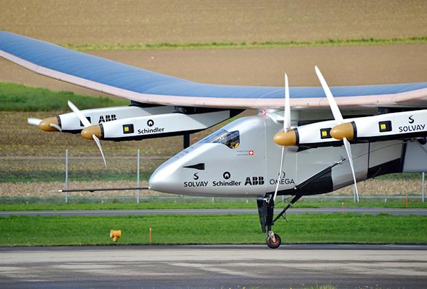 Другой вариант — самолеты на солнечных батареях. На эшелоне всегда светит солнце, поэтому проблем с источником энергии нет. Единственная сложность —огромный размах крыльев, на которых размещены солнечные панели. Например, у самолета Solar Impulse2 он составляет 71,9 метра, что лишь немного уступает Airbus A380. Вот только вместо тысячи человек он способен перевезти всего одного.