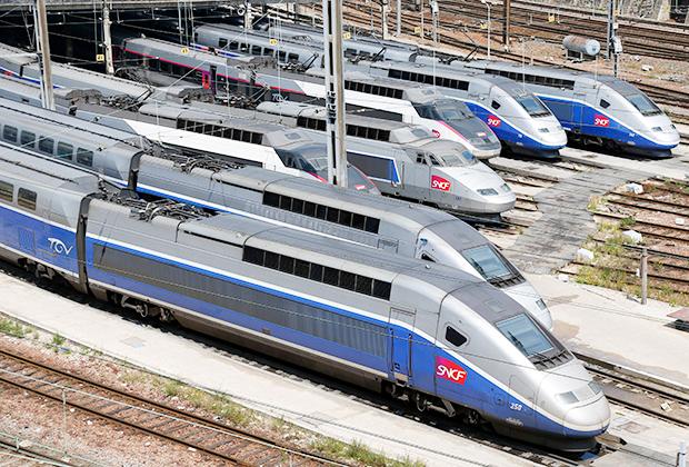 Франция была и остается одним из лидеров в производстве и использовании скоростных поездов. TGV (Train à Grande Vitesse — высокоскоростной поезд) связывают не только крупнейшие города страны, но и позволяют совершить путешествие в Бельгию, Великобританию, Германию и Нидерланды. Еще несколько линий (в том числе международных) находятся в процессе строительства.