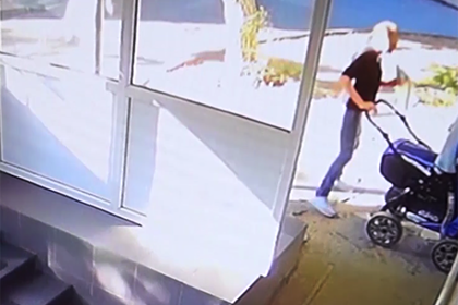 Россиянка оставила коляску с младенцем у поликлиники и не вернулась