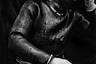 Остров Чеджудо расположен неподалеку от Южной Кореи и известен характерной базальтовой вулканической породой. Здесь живут известные хэне — «женщины моря», ныряльщицы, которые профессионально собирают морские деликатесы. Эта стареющая группа женщин в тонких резиновых костюмах и старомодных очках считается национальным достоянием и внесена в список нематериального культурного наследия ЮНЕСКО. Однако эта традиция постепенно исчезает, поскольку все меньше женщин выбирают эту чрезвычайно опасную профессию. Сегодня большинству хэне больше 50 лет, а многие из них значительно старше 70. Благодаря усилиям правительства и местных общин по сохранению и поощрению этой профессии среди молодежи вновь возник интерес к такому промыслу — особенно среди разочарованных городской жизнью и стремящихся вернуться к своим корням.