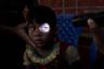 Прошло девять месяцев с тех пор, как более 700 тысяч мусульман рохинджа бежали от этнических чисток в Мьянме. В крупнейшем в мире лагере беженцев повседневная жизнь течет на холмистом глинистом ландшафте в Бангладеш. Беженцы стараются вести максимально «обычную» жизнь в этом чрезвычайно густонаселенном районе. Многие отдельные лагеря фактически слились в один большой. Здесь бангладешская армия, ООН и многочисленные неправительственные организации со всего мира пытаются создать сносные условия для беженцев, половина из которых — дети.