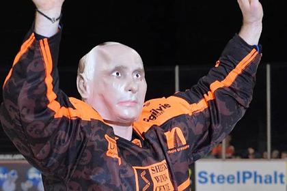 Играющий в Англии российский хоккеист вышел на лед в маске Путина