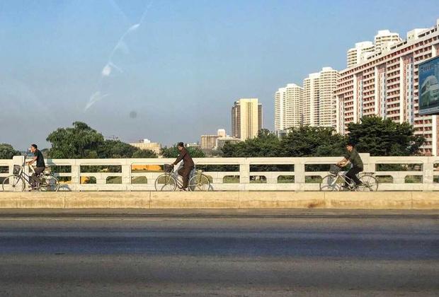 Реклама автомобилей «Пхёнхва Моторс» в Пхеньяне