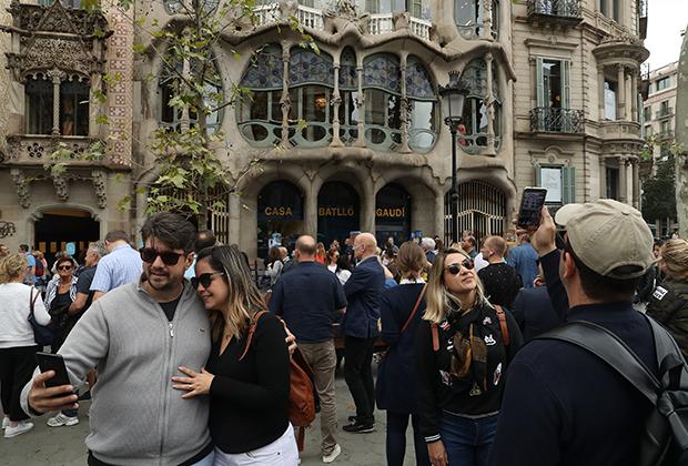 Одной из тенденций последних лет стало введение различных ограничений для туристов— с целью сократить их число. Например, мэр Барселоны заявил, что снижение числа туристов — одна из его основных задач. Экологический налог на авиаперевозки, таким образом, укладывается в тренд.