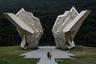 Один из самых узнаваемых в Европе военных мемориалов — мемориальный комплекс «Долина героев», возведенный в память о Битве на Сутьеске. Она продолжалась в течение месяца (с 15 мая по 15 июня 1943-го) и стала одним из самых крупных и кровопролитных партизанских сражений Второй мировой войны. Памятник создал скульптор Миодраг Живкович, он расположен на территории современной Боснии и Герцеговины, около села Тьентиште. В отличие от многих других подобных мемориалов, в упадок не пришел — в 2018-м его отремонтировали.