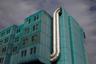 """А это здание клинической больницы «Дубрава» в Загребе, Хорватия, которого могло и не быть: госпиталь начали строить в 1988-м, незадолго до начала распада Югославии. В какой-то момент реализация проекта оказалась под угрозой срыва, но здание все же возвели и успешно открыли в 1992-м. С архитектурной точки зрения ценность его сомнительна, но специалисты в больнице, судя по отзывам в сети, отличные. У «Дубравы» даже есть собственный <a href=""""http://www.kbd.hr"""" target=""""_blank"""">сайт</a>."""