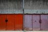 Обычные гаражи — но выкрашенные в яркие цвета. Как и во многих других архитектурно нищих местах, местные жители стараются своими силами хоть как-то оживить пространство.