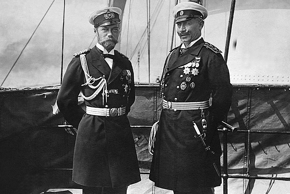 Царь Николай II и кайзер Вильгельм II приходились друг другу кузенами и вплоть до начала войны сохраняли отличные отношения, регулярно встречались и переписывались. На фото они запечатлены на борту немецкой яхты