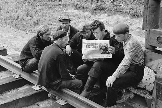 Строители читают свежий номер газеты «Социалистическая индустрия». 1963 год