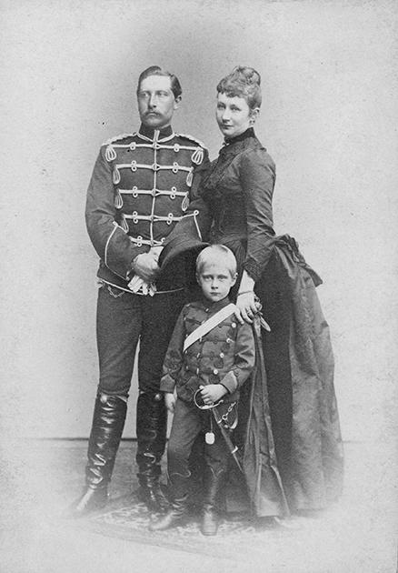 Кронпринц Вильгельм, его первая жена Августа Виктория и их сын Фридрих-Вильгельм, 1887 год. До восшествия на престол оставался еще год