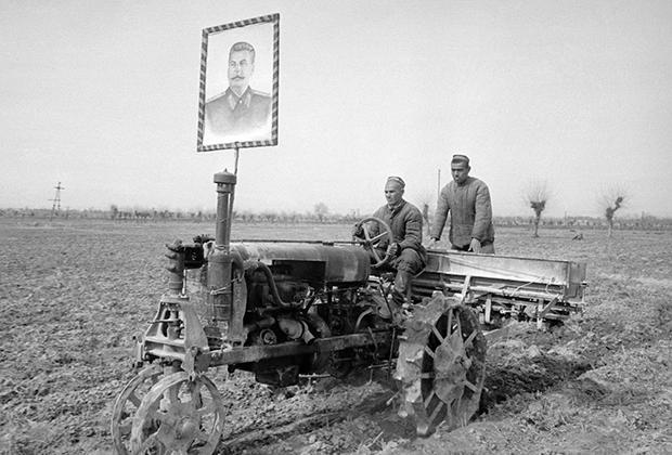 Трактор с портретом Сталина в поле. 1940 год