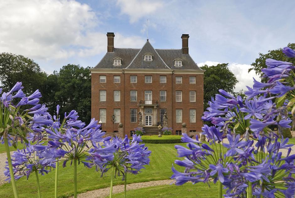 Замок Амеронген был построен в XIII веке в одноименной деревне на территории современных Нидерландов. Новое здание было построено в 1662 году. Вильгельм жил в особняке после своего отречения с 1918 по 1920 годы