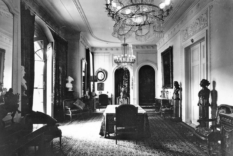 Вильгельм переделал интерьеры Дорна на свой вкус. Залы украсили инкрустированная мебель, гобелены и картины немецких художников. Бывший кайзер собрал в Дорне большую коллекцию табакерок и часов. Сейчас во дворце действует музей, а интерьеры остались такими, какими были во времена жизни в Дорне Вильгельма